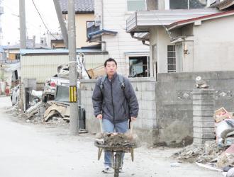 東日本大震災後の被災地でのボランティア活動(がれき撤去作業)