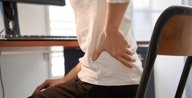 テレワークで腰痛になり悩む女性