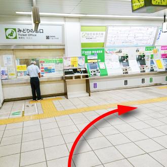 我孫子駅の改札を出て右方向(南口)に進みます。