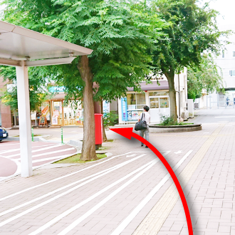 「我孫子駅前交番」を前方にして、ロータリー沿いを進みます。