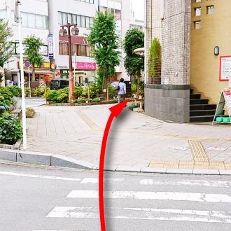 横断歩道を渡って公園坂通り沿いの歩道を進むと、すぐ右手に。
